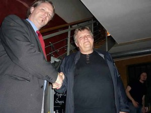 Der Vorsitzender von Erfurt von der Partei DIE PARTEI, Eggs Gildo, mit dem OB-Kandidaten der PIRATEN, Peter Brückner, beim obligatorischen Handshake.
